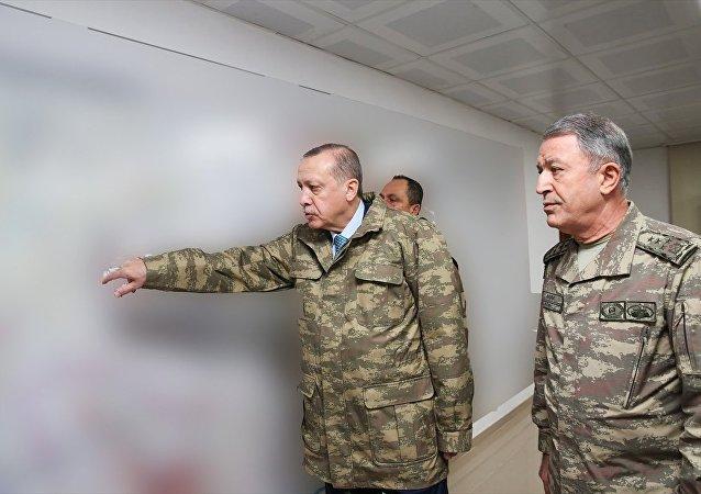 Cumhurbaşkanı Recep Tayyip Erdoğan, Genelkurmay Başkanı Orgeneral Hulusi Akar ile birlikte Zeytin Dalı Harekatı'nın 6. gününde Hatay'daki Harekat Merkezi'ne gelerek harekatın sevk ve idaresi ile ilgili bilgi aldı.