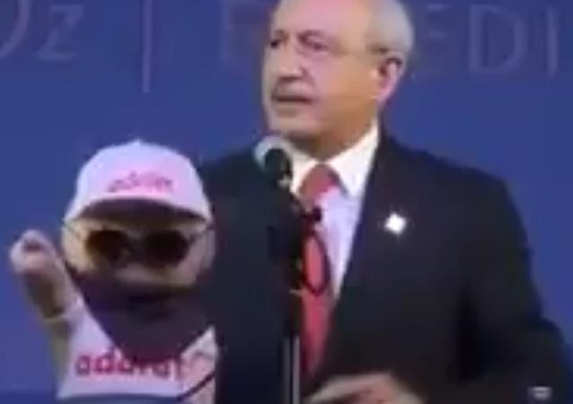 CHP lideri Kılıçdaroğlu'na 'Adalet Maskotu' hediyesi