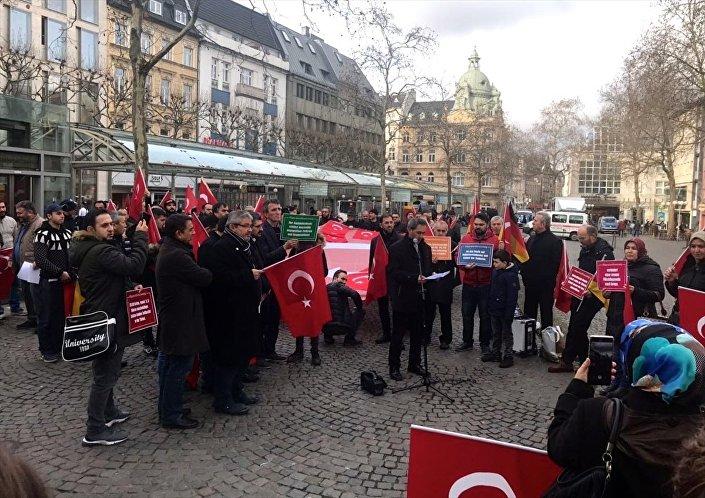Almanya'daki Türklerden Zeytin Dalı Harekatı'na destek gösterisi