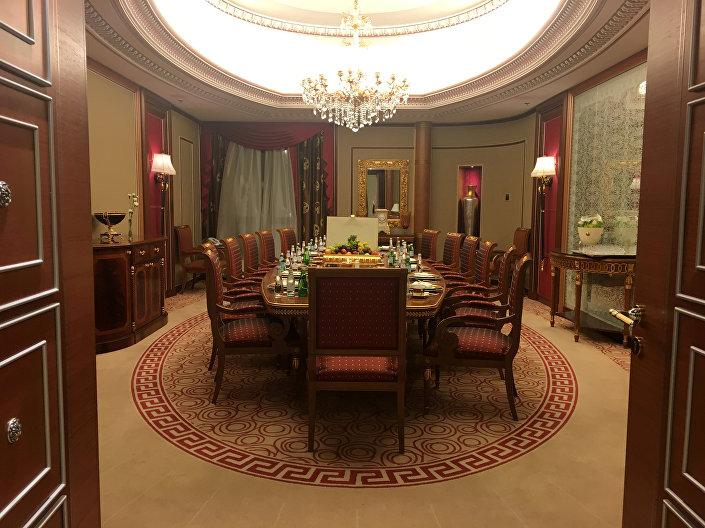 Gözaltına alınan Suudi elitler, ABD Başkanı Trump'ın mayıstaki Riyad ziyaretinde kaldığı Ritz Carlton Oteli'nde tutuldu. Prens Talal esir kaldığı suitin kapılarını Reuters'e açarken çok iyi muamele gördüğünü savundu.
