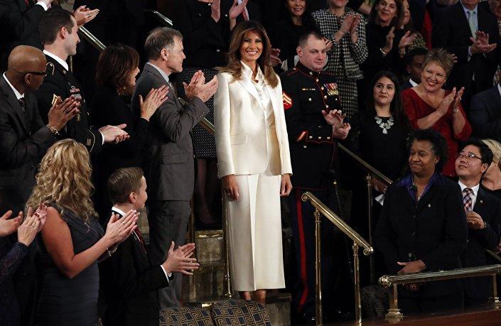Bu arada First Lady Melania, Trump'ın kendisini bir porno yıldızıyla aldattığı iddialarının ardından ilk kez kameralar karşısına çıktı. Bununla birlikte Melania Trump'ın konuşmanın yapılacağı yere eşi Trump'la birlikte gitmeyip bir Beyaz Saray geleneğini yıkması da dikkatlerden çıkmadı.