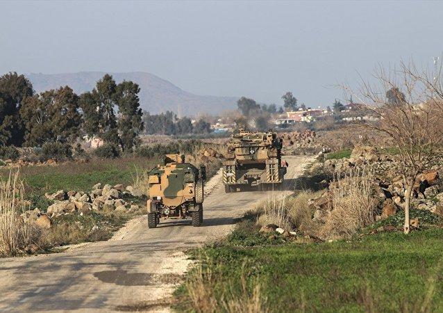Hatay'ın Hassa ve Kırıkhan ilçeleri karşısındaki terör mevzileri, Türk Silahlı Kuvvetleri (TSK) topçu birliklerince ateş altına alındı. Öte yandan sınıra sevkiyatlar da sürüyor.