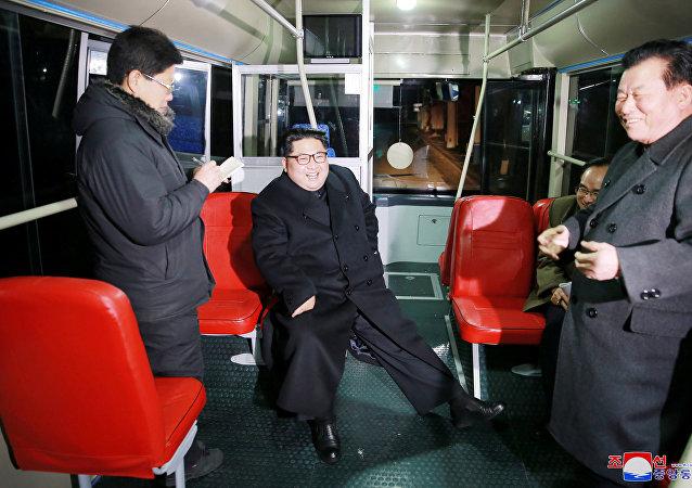 Kuzey Kore lideri Kim'den Pyongyang'da troleybüslü gece gezisi