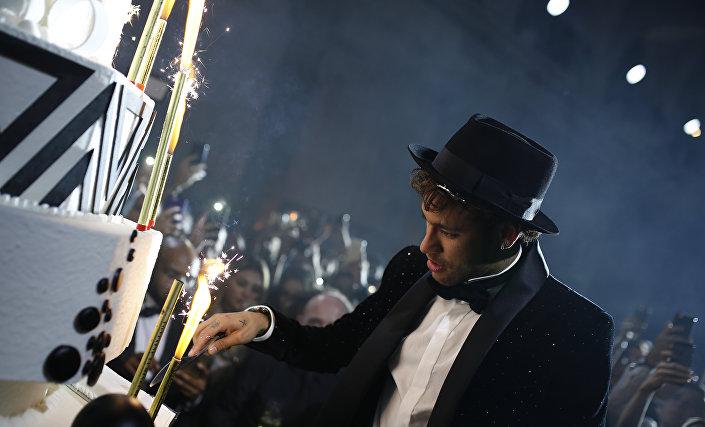 Neymar, papyon ve şapkayla başladığı partide yaş günü pastasını kesmesinin ardından kendini eğlenceye verdi. Şapka, ceket ve papyonu atan yıldız futbolcunun model sevgilisiyle sık sık öpüşmesi de dikkat çekti.
