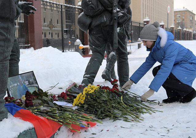 Suriye'de ölen Rus pilot Roman Filipov için Rusya Savunma Bakanlığı önüne çiçekler bırakıldı