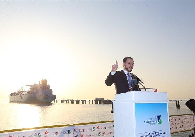 Hatay'ın Dörtyol ilçesinde Botaş-Dörtyol FSRU (Yüzer LNG Depolama ve Gazlaştırma Ünitesi) Terminali için açılış töreni düzenlendi. Törene katılan Enerji ve Tabii Kaynaklar Bakanı Berat Albayrak  bir konuşma yaptı.
