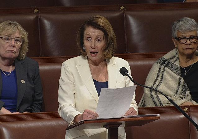 Meclisteki Demokrat Partili azınlığın lideri Nancy Pelosi, göçmen çocuklarına destek için 10 santim topuklu ayakkabılar üzerinde sadece su içerek tam 8 saat 7 dakika konuştu.