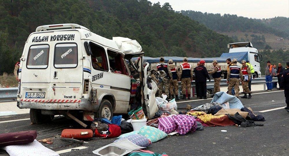 Kahramanmaraş minibüs kamyona çarptı