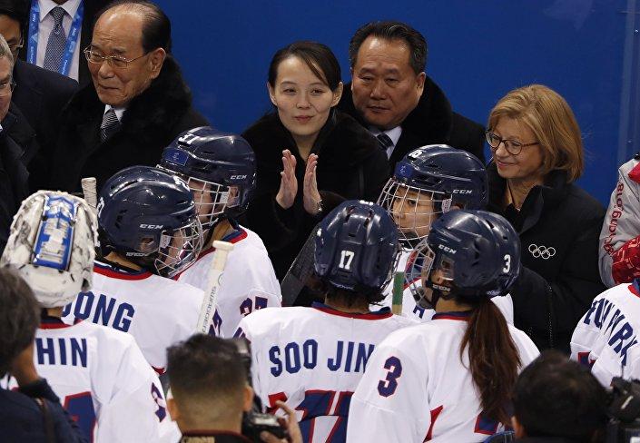 Karşılaşmayı Uluslararası Olimpiyat Komitesi (IOC) Başkanı Thomas Bach, Güney Kore Devlet Başkanı Moon Jae-in ve Kuzey Kore lideri Kim Jong-un'un kız kardeşi Kim Yo-jong birlikte izledi.