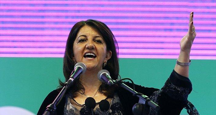 BİZDEN KORKUYORLAR, KORKSUNLAR: HDP Eş Genel Başkan Adayı Buldan Herkes bu ülkede dilini, kültürünü, inancını özgürce yaşayacak. Biz, bunun mücadelesini yürütüyoruz. İşte HDP'den korkmalarının, bize fütursuzca saldırmalarının nedeni budur. Tekçiliği bozduğumuz için, çoğulcu, demokratik katılımcı bir ülke yönetimini savunduğumuz için bizden korkuyorlar. Korksunlar. Onların tekçiliğine karşı bizler de çoğuz ifadelerini kullandı. Kongre vesilesiyle Türk Tabipleri Birliğinin yöneticilerini, barış akademisyenlerini, basın emekçilerini saygı ve dayanışmayla selamladığını belirten Buldan, Türkiye'nin bugün bu noktaya demokratik çözüm ve barış sürecinden uzaklaşması nedeniyle geldiğini söyledi.