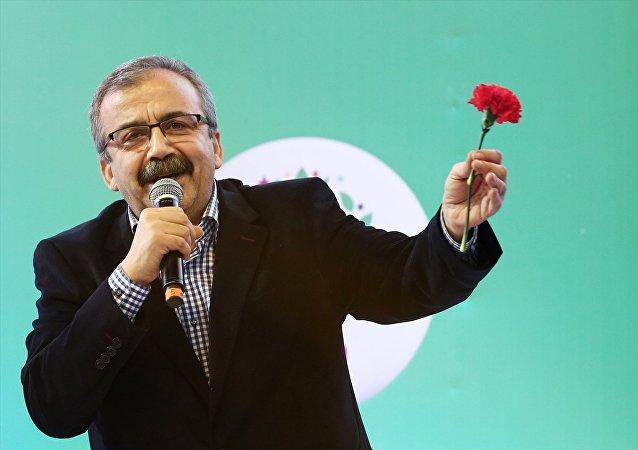 HDP'nin tutuklu milletvekilleri ve belediye başkanlarını selamlayarak konuşmasına başlayan Önder, Onların bize devrettiği bayrağı biz bir başkana devredene kadar yere düşürmeme sözünü veriyoruz. Buradan, Sayın (Abdullah) Öcalan'ı saygı ve sevgiyle selamlıyoruz dedi.
