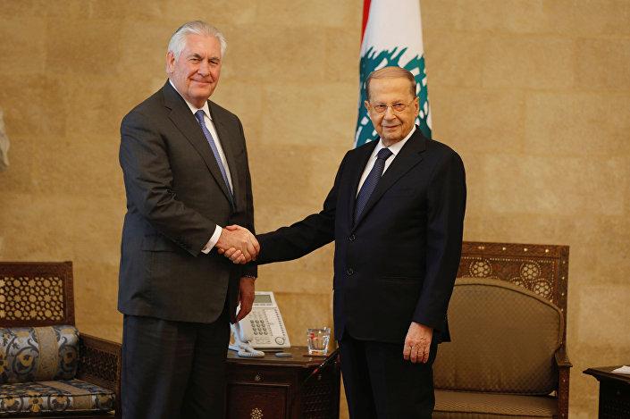 Tillerson'ı bir süre yalnız beklettikten sonra yanına aynı zamanda damadı olan Dışişleri Bakanı Bassil'i gönderen Lübnan Cumhurbaşkanı Aun, ABD'li bakanla el sıkışırken poz verdi.