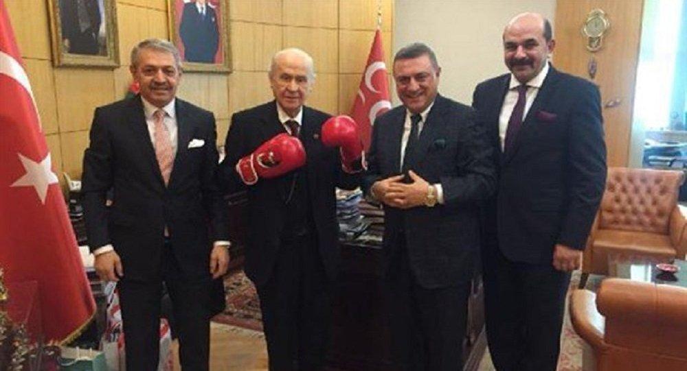 Devlet Bahçeli'den boks eldivenli poz