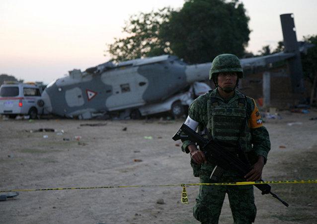 Meksika'da askeri helikopter düştü