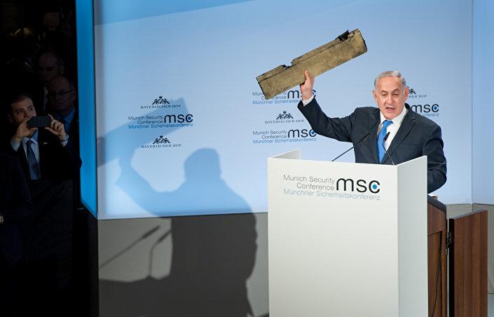 İsrail Başbakanı Benyamin Netanyahu, elinde İran'a ait olduğunu iddia ettiği bir İHA parçasıyla