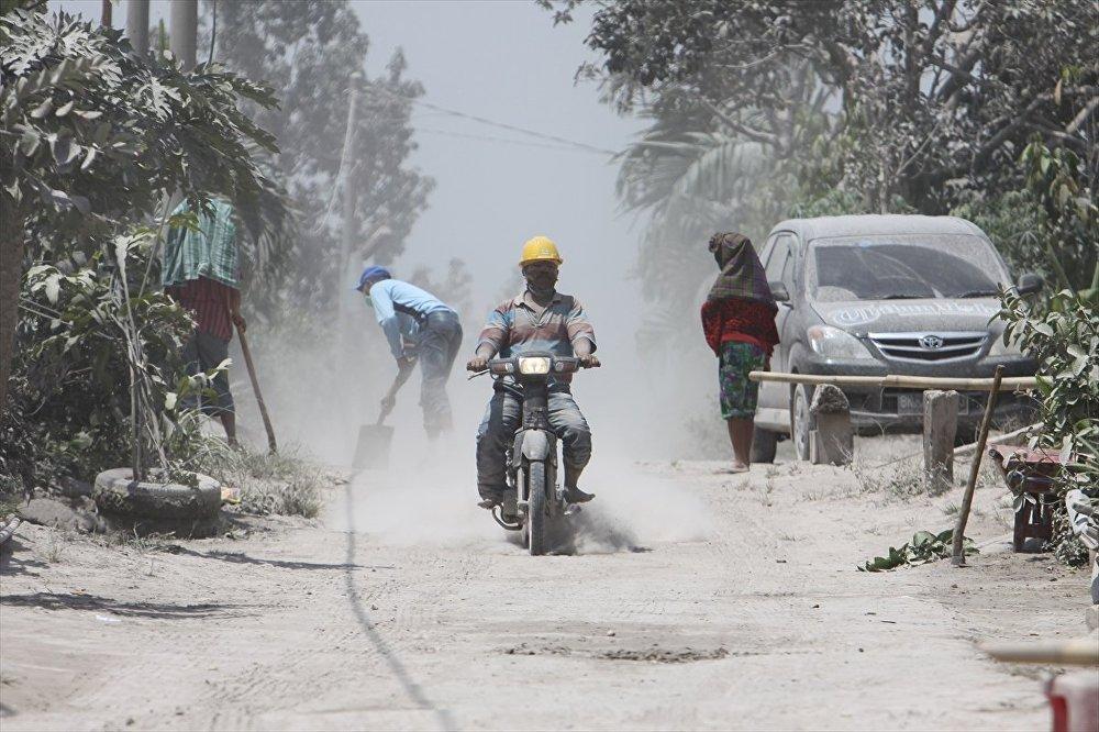 Endonezya'da Sinabung Yanardağı kül püskürtüyor