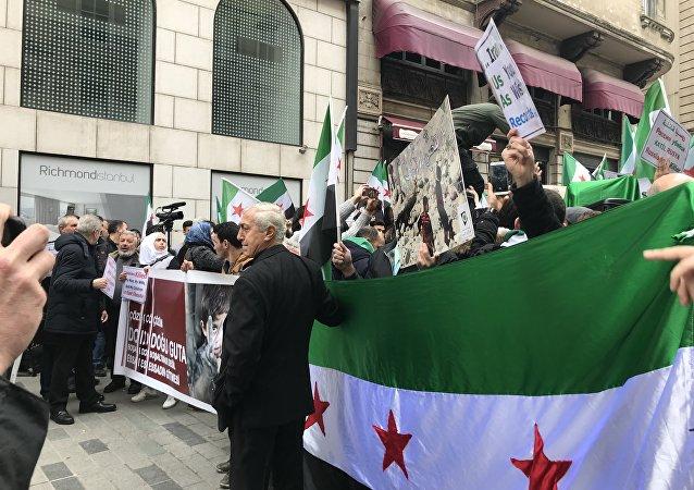 İstanbul'daki Rusya Başkonsolosluğu binası çevresinde Doğu Guta eylemi