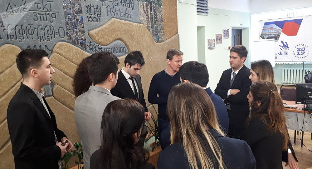 MEPhI'de eğitimi gören Türk öğrenciler ve Akkuyu Nükleer Santrali baş mühendis yardımcısı Sergey Kozırev