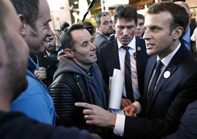 Fransa Cumhurbaşkanı Emmanuel Macron, kendisini protesto eden çiftçilerle konuştu