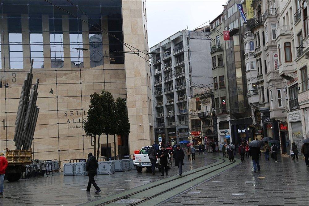 Taksim'e saksı ağaçlar yerleştirildi