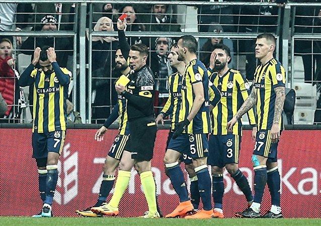 Beşiktaş-Fenerbahçe maçında Alper Potuk kırmızı kart gördü