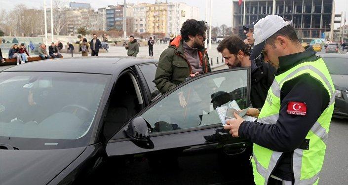 Türkiye genelinde 10'uncusu gerçekleştirilen Türkiye Güven Huzur uygulaması kapsamında, İstanbul'un 39 ilçesinde polis ekiplerince denetimler gerçekleştirildi.