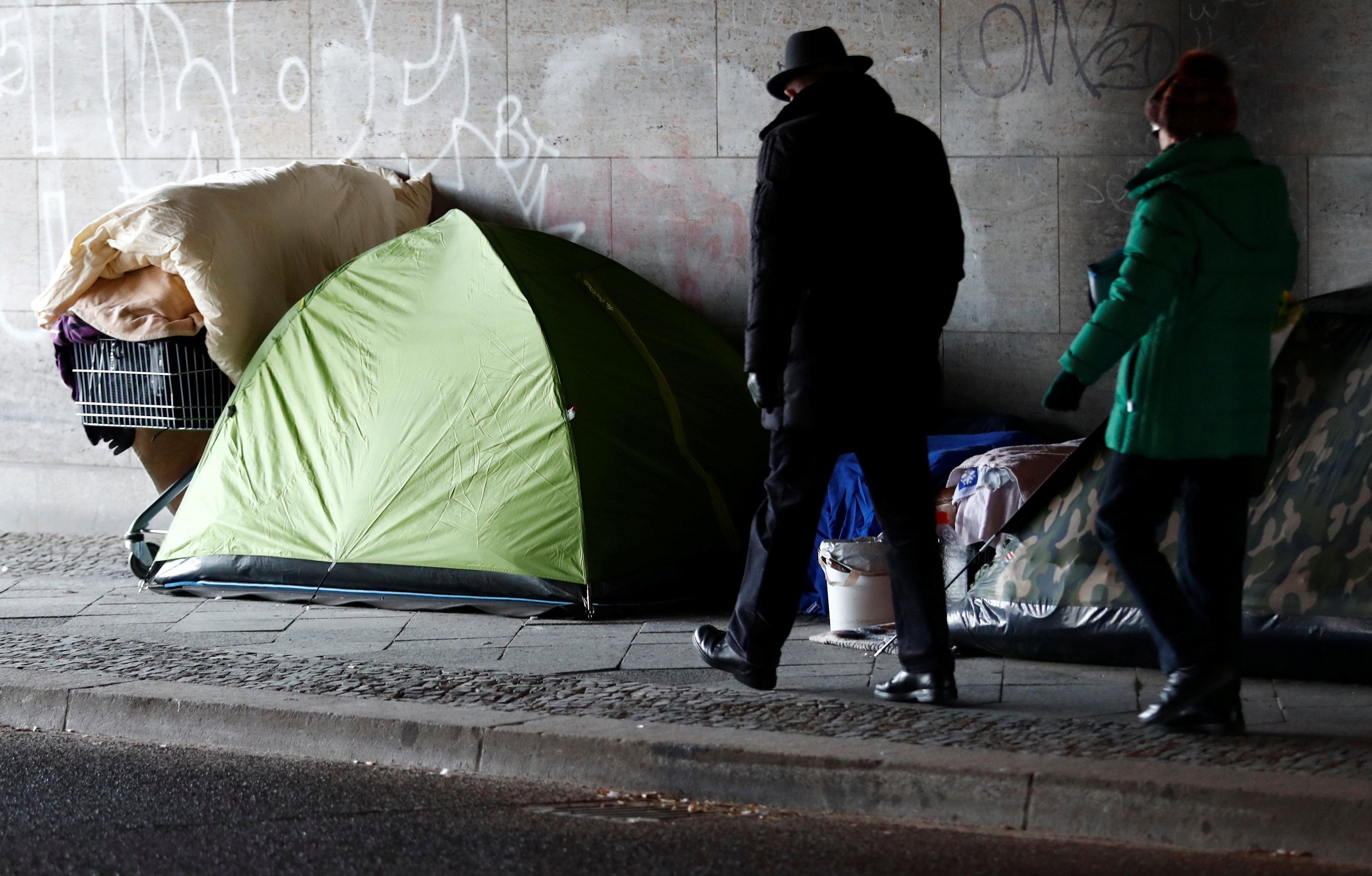 Berlin'de yaşayan evsizler, çadırda soğuklardan korunmaya çalışıyor.