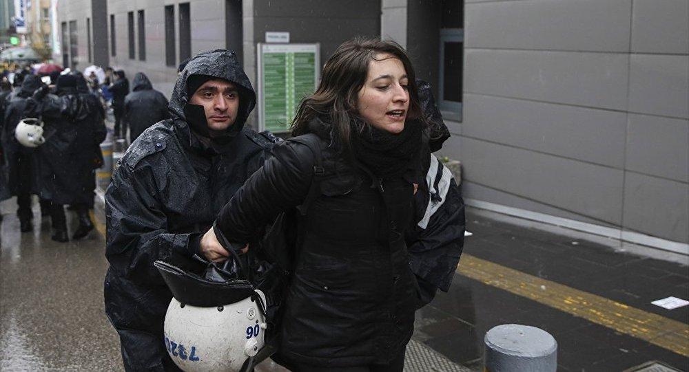 Ankara'da polis 8 Mart Dünya Kadınlar Günü nedeniyle izinsiz gösteri yapmak isteyenlere müdahalede bulundu.