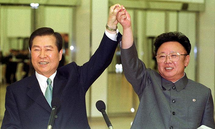 2010'da eski Kuzey Kore lideri Kim Jong-Il ve dönemin Güney Kore Devlet Başkanı Kim Dae-jung ilk zirveyi yapmıştı. Zirvede şu anda durdurulmuş olan ortak ekonomik projeler ve  ailelerin biraraya gelmesi uygulamasının yeniden başlatılması kararlaştırılmıştı.