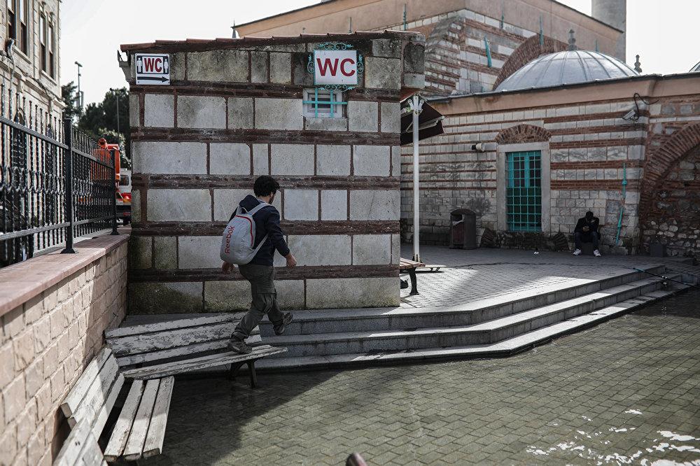 Tarihi cami 1 haftadır su altında: Bahçesini deniz anaları bastı