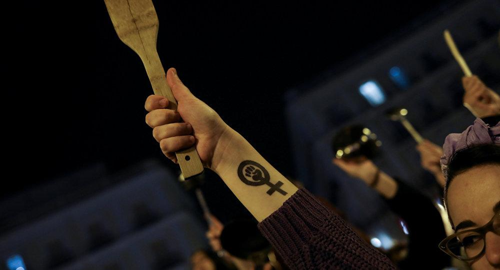 8 Mart Dünya Kadınlar Günü nedeniyle İspanya'nın başkenti Madrid'in Sol meydanında toplanan kadınlar tencere-tava çalarak eylem yaptı