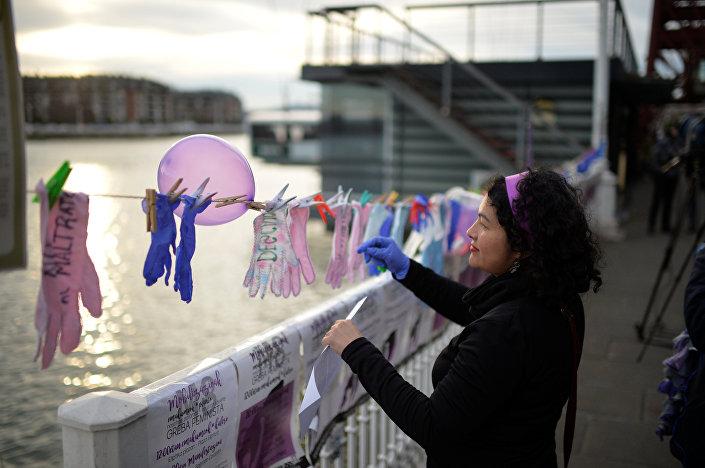 Bask Özerk Bölgesi'nde, Bilbao şehrinin batısındaki  sahil kenti Potugalete'de kadınlar mesajlarını yazdıkları bulaşık eldivenlerini iplere astı