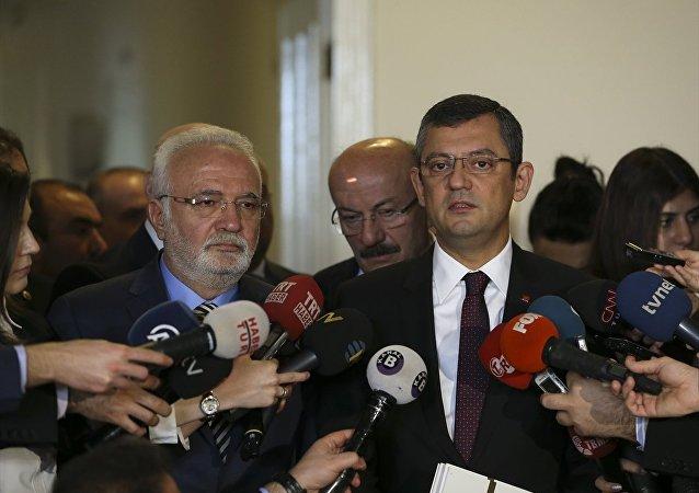 CHP Grup Başkanvekili Özgür Özel, AK Parti Grup Başkanvekili Mustafa Elitaş'ı TBMM'deki makamında ziyaret etti. Ziyaret sonrası Elitaş ve Özel, basın mensuplarına açıklama yaptı.