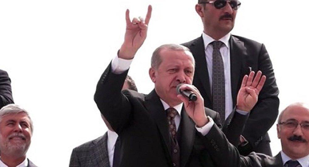 Cumhurbaşkanı Recep Tayyip Erdoğan'dan bozkurt işareti