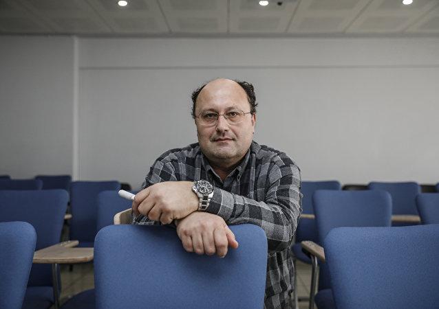 Türkiye Çevirmenler Derneği çevirmenlerinden Mustafa Özay