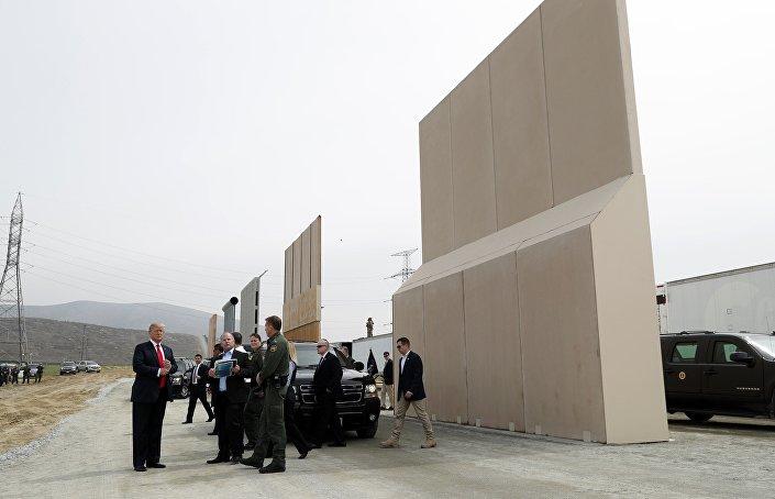Trump  San Diego yakınlarında Meksika sınırına yapmak istediği duvar için hazırlanan örnekleri inceledi