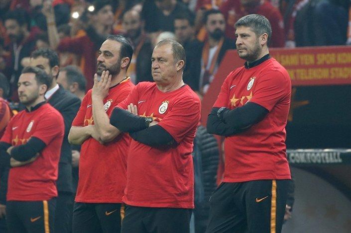 Fatih Terim ve teknik ekip derbi öncesi antrenmanda taraftar karşısında.