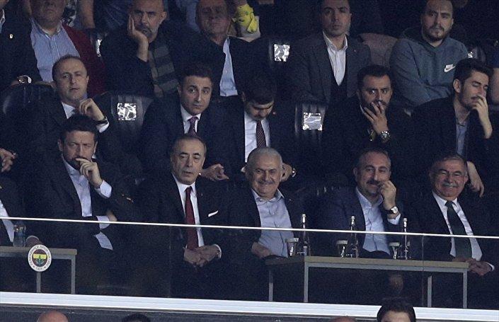 Mücadeleyi AK Parti Genel Başkanvekili ve Başbakan Binali Yıldırım (sağ3), Milli Eğitim Bakanı İsmet Yılmaz (sağda), Adalet Bakanı Abdulhamit Gül (sağ2), Galatasaray Başkanı Mustafa Cengiz (sol2) ve Türkiye Basketbol Federasyonu Başkanı Hidayet Türkoğlu da (solda) izledi.
