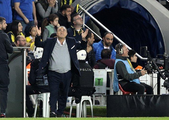 Spor Toto Süper Lig'in 26. haftasında Fenerbahçe ile Galatasaray takımları Ülker Stadı'nda karşılaştı. Bir pozisyon sonrası Galatasaray teknik direktörü Fatih Terim, üzüntü yaşadı.
