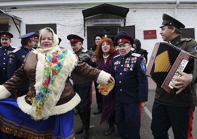 Rusya'nın Rostov-on-Don kentindeki seçim merkezi önünde dans eden topluluk
