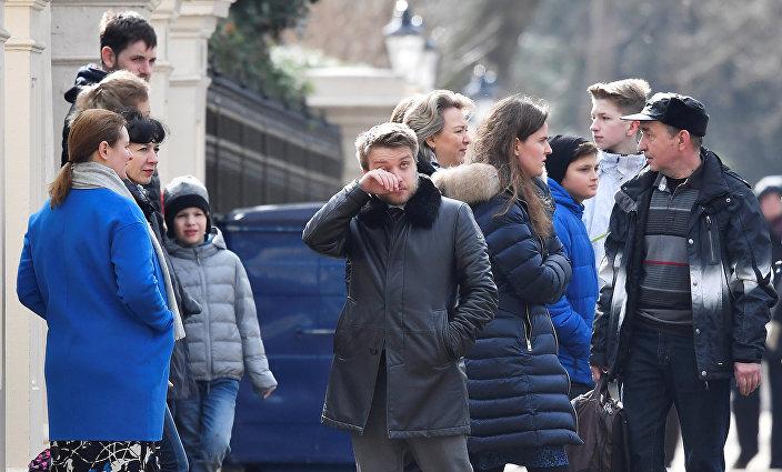 Sınır dışı edilen diplomatlara veda etmek için Londra'daki büyükelçiliğin tüm çalışanları dışarı çıktı.