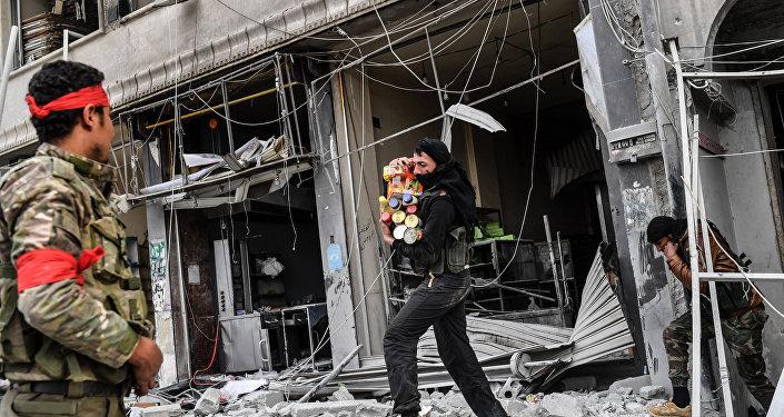 Afrin'deki dükkanları yağmaladığı belirtilen ÖSO üyeleri