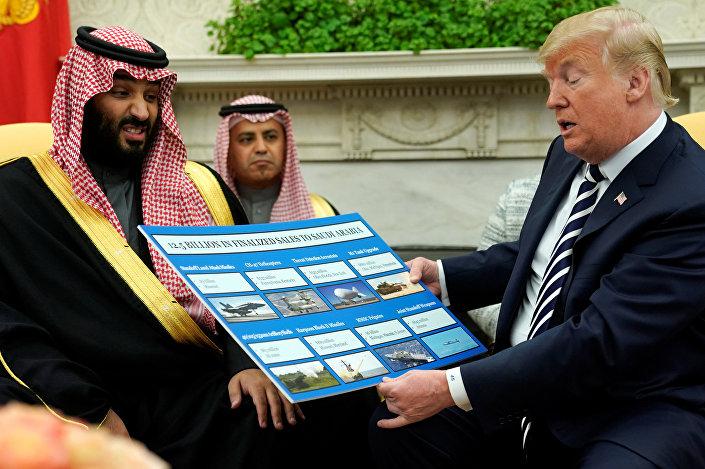 Geleceğin Suudi Kralı Muhammed bin Selman, Trump'ın diplomasi aleminde eşi benzeri olmayan ve Suud-ABD ilişkilerinin özünü ortaya seren bu gösterisi karşısında biraz şaşkın ve hatta biraz rahatsız gözüktü.