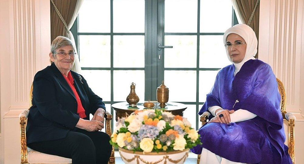 Cumhurbaşkanı Recep Tayyip Erdoğan'ın eşi Emine Erdoğan, İç hastalıkları ve kardiyoloji uzmanı Prof. Dr. Canan Karatay'ı Cumhurbaşkanlığı Külliyesi'nde kabul etti.