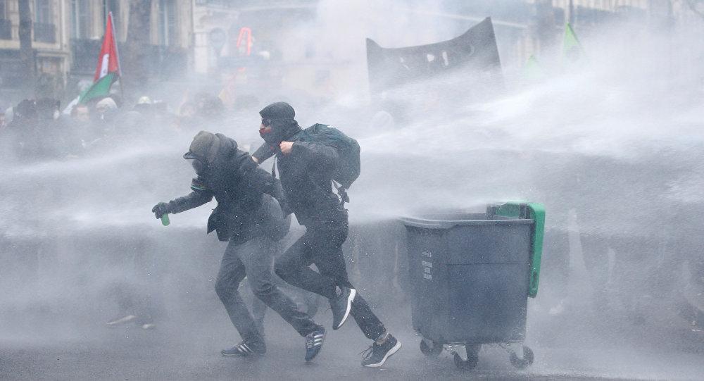 Fransa 22 Mart 2018 kamu emekçileri grevde lise öğrencileri eylemde Paris'te çatışma