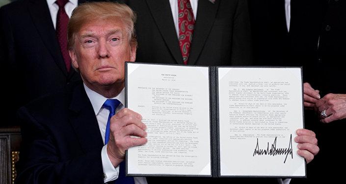 ABD Başkanı Donald Trump, Çin mallarına 50 milyar dolarlık ek gümrük vergisi getirecek olan kararnameyi imzaladı.