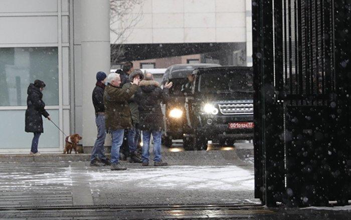 Moskova'nın sınırdışı etme kararı aldığı İngiliz diplomatlar, Büyükelçilik'ten ayrıldı