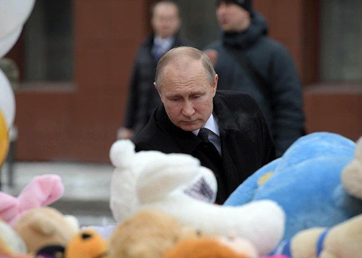 Putin ziyaret sırasında, halkın AVM önünde ölenler için oluşturduğu anma alanına çiçek bıraktı.
