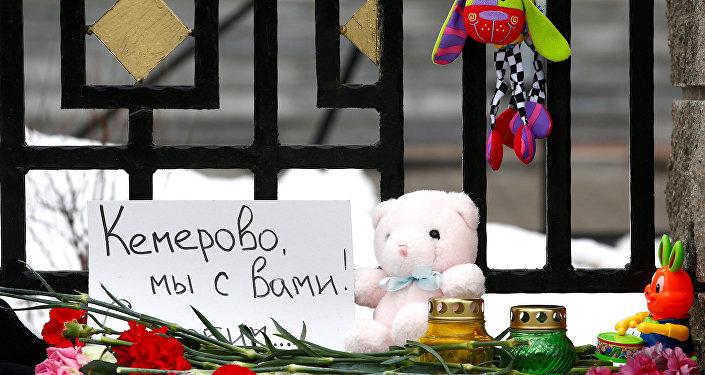 Belarus'un başkenti Minsk'teki Rusya Büyükelçiliği önüne AVM yangınında ölenleri anmak için bırakılan çiçek ve oyuncaklar