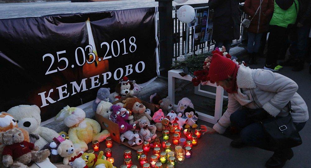 Rusya'nın Kemerovo kentindeki AVM yangınında yaşamını yitirenler için Krasnoyarsk'ta düzenlenen anma töreni